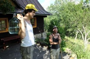 SchnitterINNEN in Tschechien beim Mähen und Heu machen.