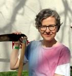 Sabine Weissmann macht Sensenmähen als Rückentraining bei Schnitter.in